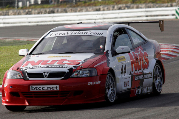 Round's 28 - 30 of the 2005 British Touring Car Championship. #44 Andy Neate.