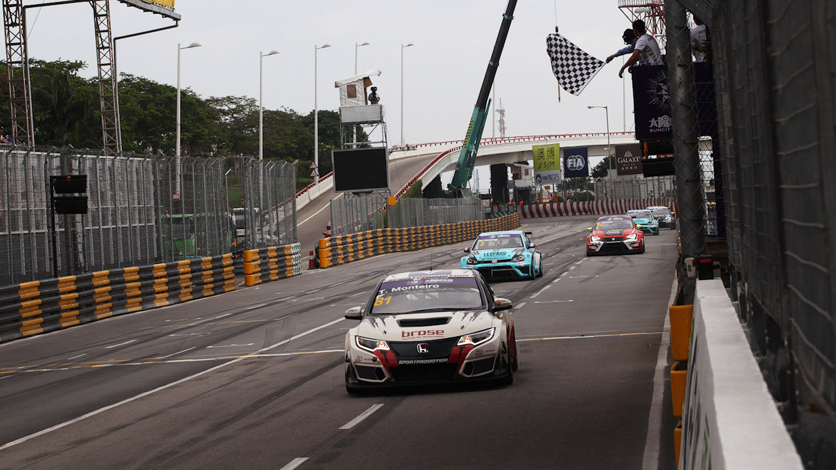 20.11.2016 - Race 1, race winner Tiago Monteiro (POR) Honda Civic TCR, WestCoast Racing Honda Civic